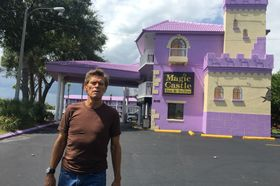 The Florida Project, film ze sousedství Disney Worldu, míří do kin. Dafoe má nominaci na Oscara