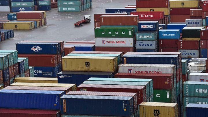 Přebytek zahraničního obchodu stoupl v únoru na 18 miliard