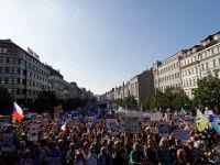 ŽIVĚ: Demisi, demisi, volá dav na Staroměstském náměstí. Lidé požadují Babišův odchod