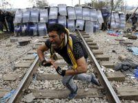 Ostré střety běženců s policií. Těžkooděnci použili slzný plyn