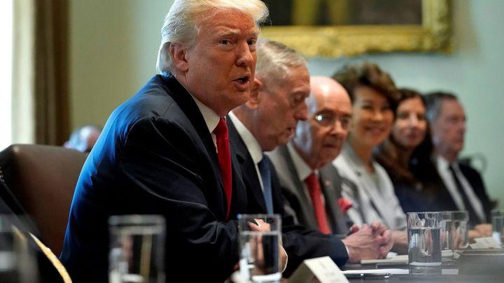 Máte padáka! Klíčoví lidé Trumpova týmu končí po 10 dnech, poradci ale odcházejí i dobrovolně