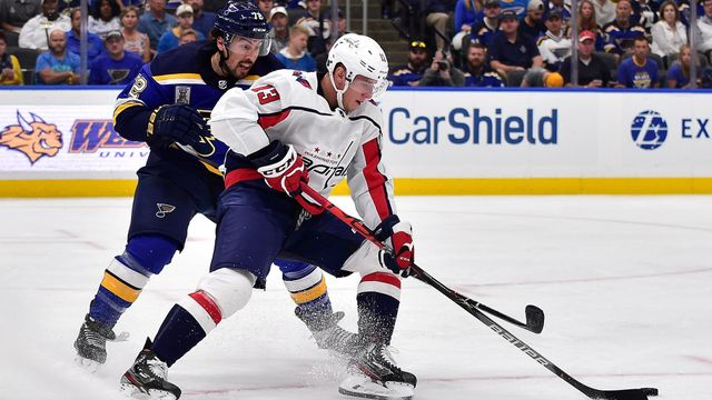 Jakub Vrána (Washington Capitals) a Justin Faulk (St. Louis Bluesj