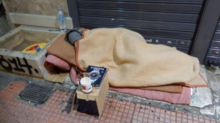 Bezdomovci se modlí, aby nespadli ještě níž. Reportáž z Atén