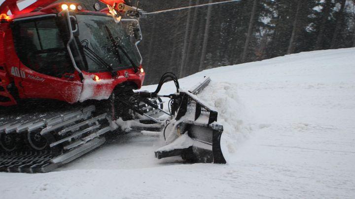 Za volantem sněhové rolby. Osm hodin práce, 350 litrů nafty