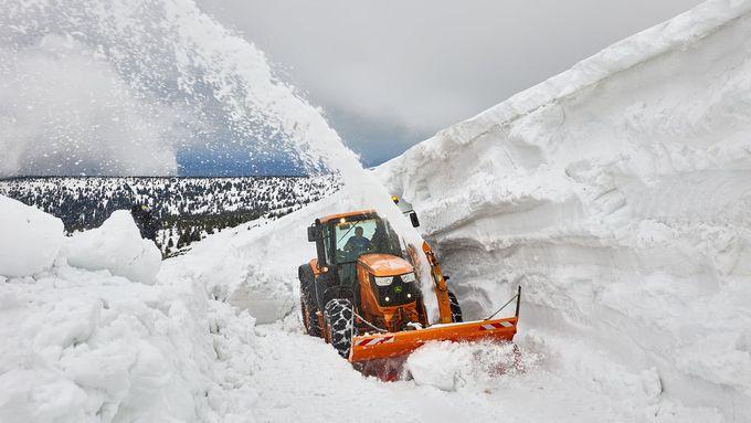 Obrazem: Fréza proráží sněhové bariéry v Krkonoších, jsou vysoké až šest metrů