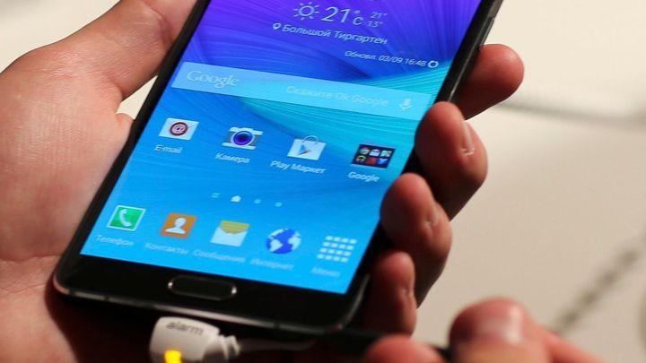 Počet chytrých telefonů loni poprvé překonal klasické mobily