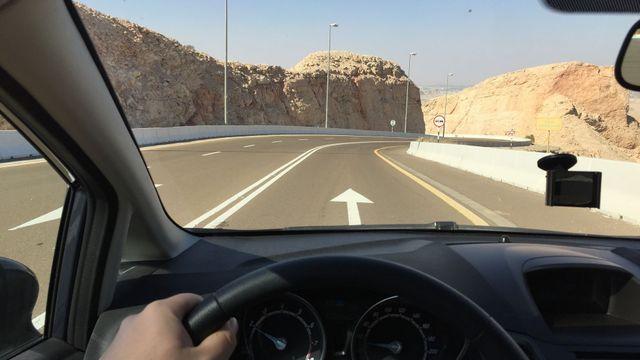 Jak se jezdí v Dubaji  Zácpy a troubení střídá výhled do exotické krajiny 11392e2ad2
