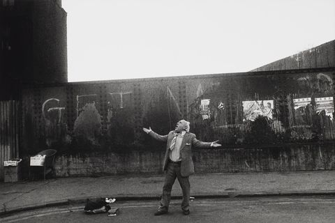 Markéta Luskačová: Man singing on Brick Lane, London, 1982