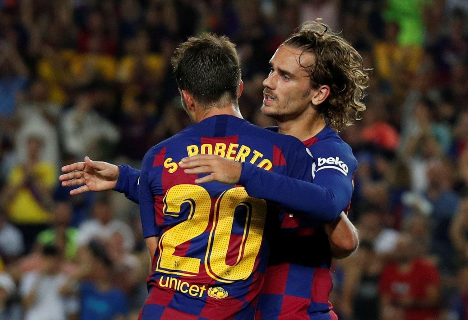 2. kolo španělské La Ligy 2019/20, FC Barcelona - Betis Sevilla: Antoine Griezmann a Sergi Roberto slaví gól v síti Betisu.