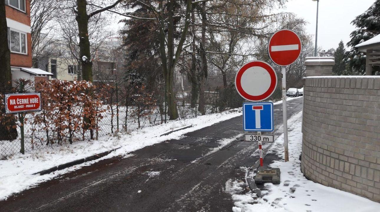 Nejlepší dopravní značky: Pozor na jezevčíky, zlihovanou silnici či tuplované zákazy