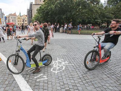 Foto: V centru Prahy je částečný zákaz kol, auta ale jezdí dál. Podívejte se, jak zákaz (ne)funguje