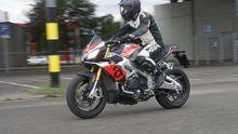 Test motorky: Aprilia Tuono je bestie na silnice i na okruh. Krotit ji mohou jen odvážní