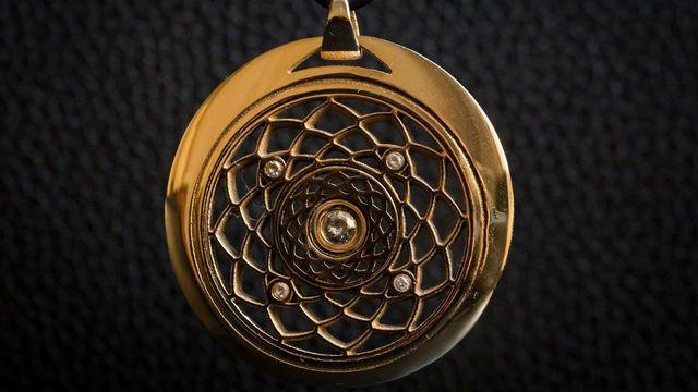 Francouzi začali vyrábět zlaté šperky na 3D tiskárně. První vypadal jak  ementál 117c88537b7