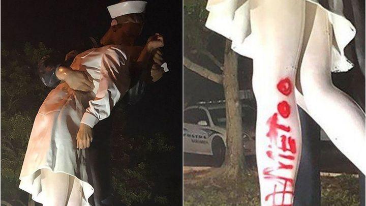 Sochu oslavující konec války poničil vandal, k líbajícímu páru nasprejoval #MeToo