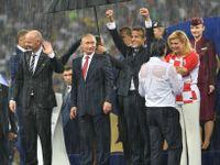 Francie má pohár, Putin deštník. Ruský prezident nechal zmoknout chorvatskou prezidentku