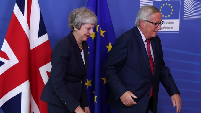 Theresa Mayová a Jean-Claude Juncker na summitu v Bruselu.