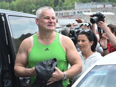 Kajínka měla po propuštění hned zatknout módní policie, baví se lidé jeho zeleným tílkem