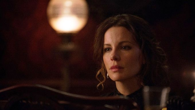 Kate Beckinsale ve filmu E. A. Poe: Podivný experiment.