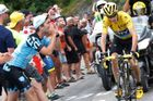 Fanoušci a Chris Froome v 19. etapě Tour de France 2015