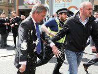 Bizarní eurovolby ve stínu brexitu: Farage polili koktejlem, Mayová kampaň nevede