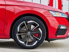 """Benzinové a naftové RS se liší brzdami. Zatímco benzin má na všech kolech 17"""" kotouče, diesel má vpředu 16"""" a vzadu 15""""."""
