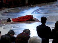 Foto: Věřící si v Římě připomínají ukřižování Ježíše. Papež se tradičně modlil vleže