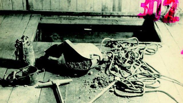 Příslušníci SNB chytli vězně během kopání tunelu. Fotografie se zachovaly do teď.