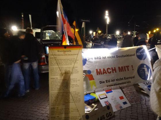 """""""Spolková republika není Německo,"""" hlásá transparent na setkání """"občanů říše"""" v Drážďanech."""