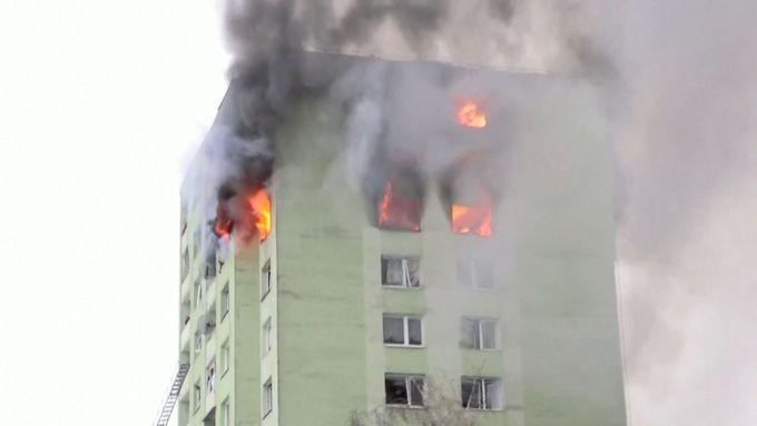 V bytovém domě v Prešově vybuchl plyn. Nejméně pět lidí zemřelo, polovina budovy hoří