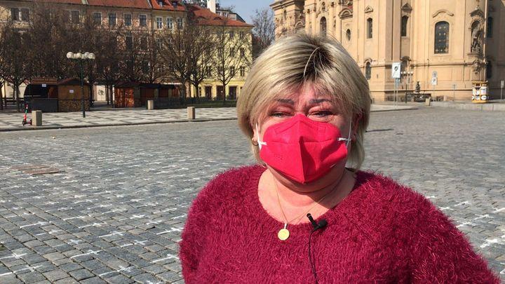 """Taťka Zdeněk, teta Jaruš. Lidé v slzách píší jména blízkých ke """"covidovým"""" křížkům"""