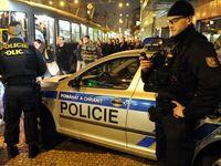 Živě: Policie hledá 20 maskovaných útočníků na Kliniku