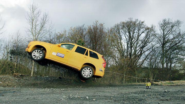 Volvo pevněji připoutá pasažéry, pokud vůz sjíždí ze silnice