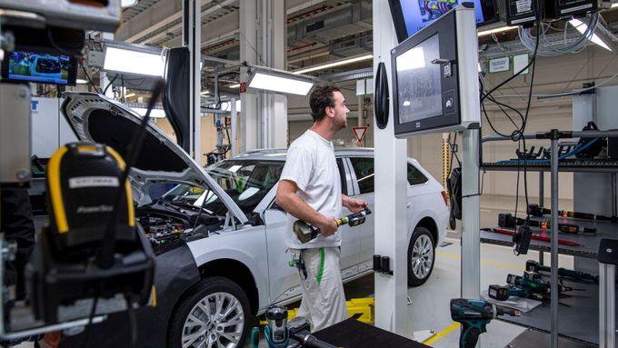 Škoda Auto chce propouštět a kvůli covidu-19 nyní chybí dělníci, tvrdí odbory