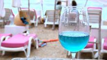 Zářivě modré víno je hitem léta. Nové Chardonnay si oblíbili hlavně Francouzi