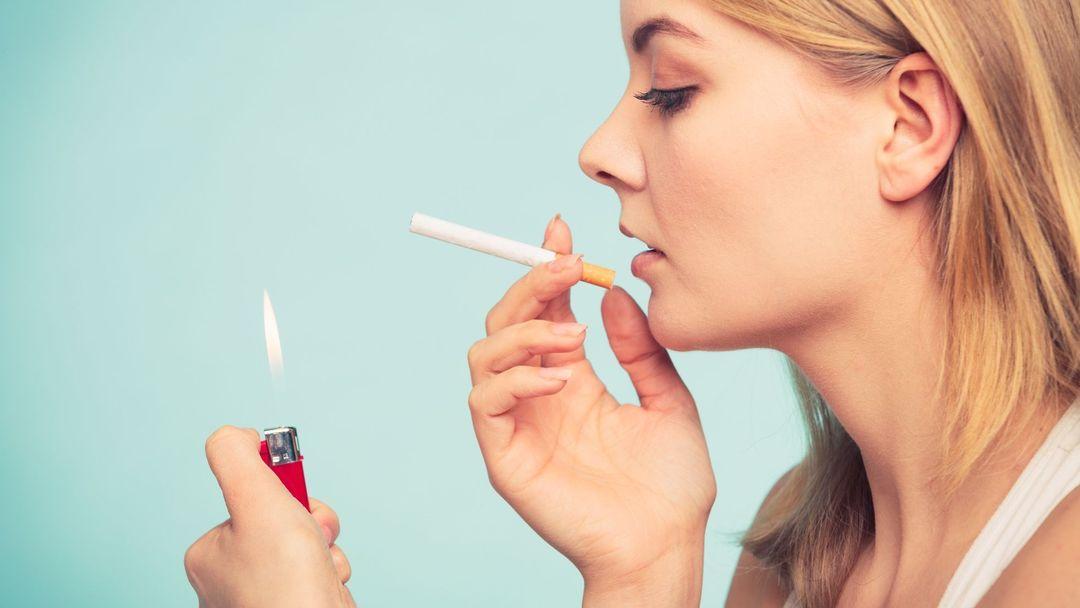 Žena kouření filmů