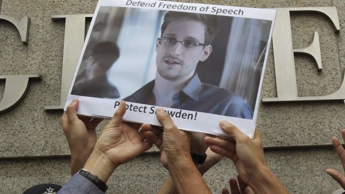 Protesters in support of Edward Snowden, a contractor at the National Security Agency (NSA), hold a photo of him during a demonstration outside the U.S. Consulate in Hong Kong in this June 13, 2013 file photo. Snowden, left Hong Kong on a flight for Moscow on June 23, 2013 and his final destination may be Ecuador or Iceland, the South China Morning Post said. REUTERS/Bobby Yip/Files (CHINA - Tags: POLITICS CIVIL UNREST) Published: Čer. 23, 2013, 8:22 dop.