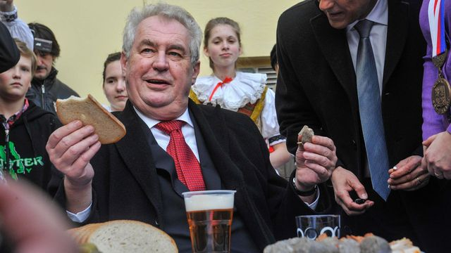 Miloš Zeman na cestě po Olomouckém kraji v roce 2014 navštívil vepřové hody  v obci Cholina ee07b0a6a1