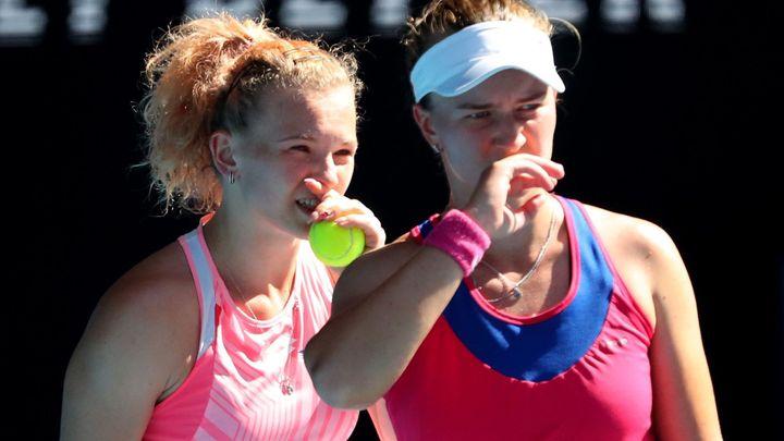 Češky ve finále Australian Open ztratily první set. Siniaková zatím hoří na podání