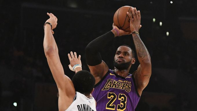 LeBron James střílí přes Spencera Dinwiddieho v zápase Los Angeles Lakers proti Brooklynu.