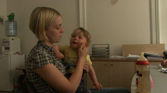 Náhradní maminka Nikola si dítě nechala. Odmítla ho dát matce závislé na  lécích. 3eea69e8c3