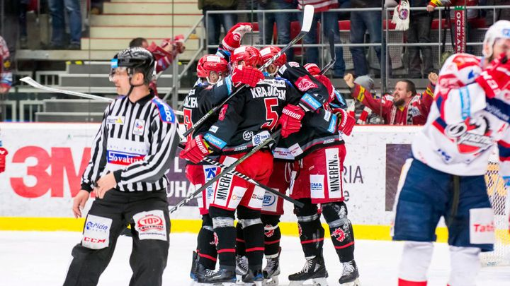 Hokejisté Třince v pátém čtvrtfinále přetlačili Pardubice 3:2 a mají mečbol