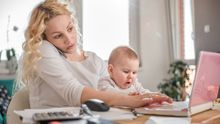 Ženy na mateřské jsou vytíženější než pracující muži, tvrdí lektorka