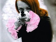 Niki de Saint Phalle aiming; Film-Still aus Daddy, 1972