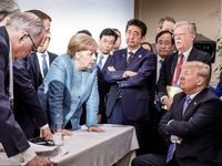 Trump hodil po Merkelové bonbony a urážel Francii. Ze schůzky vrcholných politiků unikly detaily