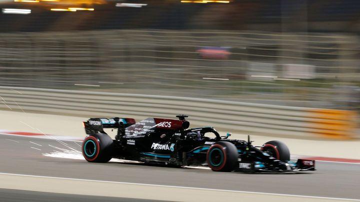 V Sáchiru je cesta úzká aneb Kdo Hamiltonovi jámu kopá, sám do ní Red Bull