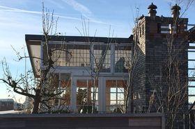 Holandský producent si postavil dům z odpadků. Použil střechu z kostela a  schody z autoservisu 6b9d7ef151