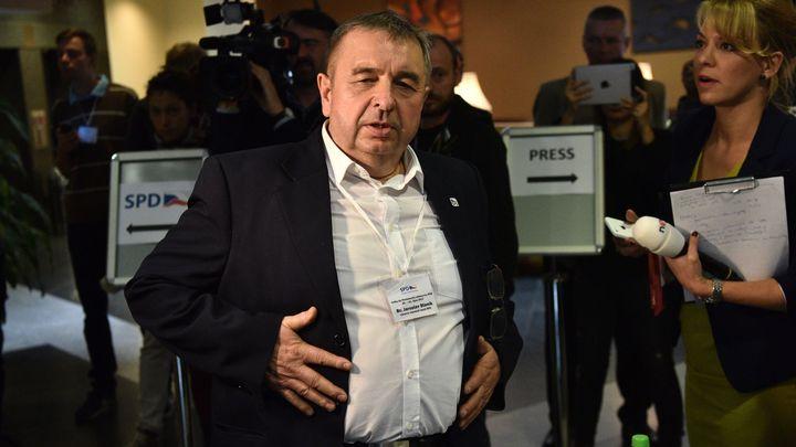 Policie stíhá tajemníka SPD, který podle svědků na půdě sněmovny posílal Židy či Romy do plynu