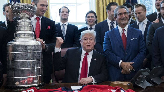 Donald Trump s hokejisty Washingtonu, vítězi Stanley Cupu z roku 2018.