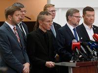 Živě: Pokud padne vláda, nejmenujte premiérem znovu Babiše, vyzvala Zemana opozice