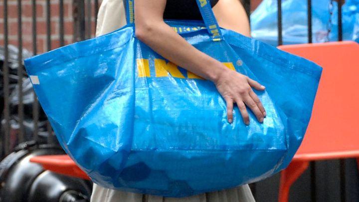 Nečekaný hit. Módní dům se inspiroval modrou taškou IKEA, prodává ji za 50 tisíc